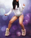Frau, die über Nachtklublichter tanzt stockbild