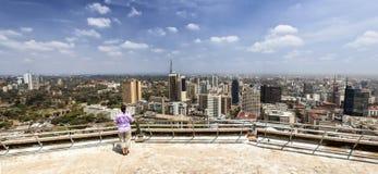 Frau, die über Nairobi schaut Lizenzfreies Stockbild