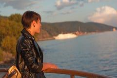 Frau, die über See Baikal schaut Stockfotografie