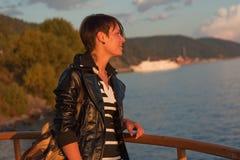 Frau, die über See Baikal schaut Lizenzfreies Stockfoto