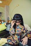 Frau, die über Sonnenbrille schaut Lizenzfreie Stockbilder