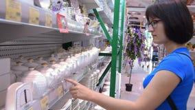 Frau, die über Teekanne im Speicher schaut stock video