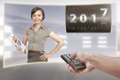Frau, die über Vorabend des neuen Jahres 2017 berichtet Stockbilder
