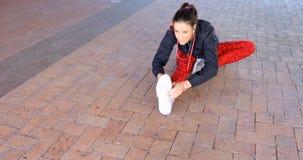 Frau, die Übung auf Fußweg 4k ausdehnend durchführt stock video footage