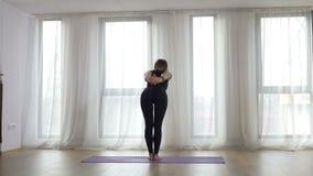 Frau, die Übung im Yogastudio ausdehnend tut stock video footage