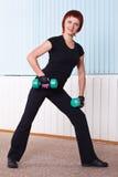 Frau, die Übung mit Dumbbells tut Lizenzfreie Stockbilder