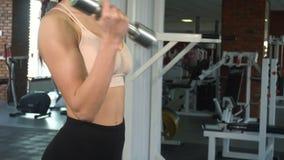Frau, die Übung mit Dumbbells tut stock video footage