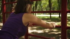 Frau, die Übung tut stock video footage
