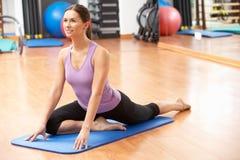 Frau, die Übungen ausdehnend tut Stockfotos