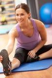 Frau, die Übungen ausdehnend tut Lizenzfreie Stockbilder