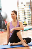 Frau, die Übungen ausdehnend tut Lizenzfreies Stockfoto