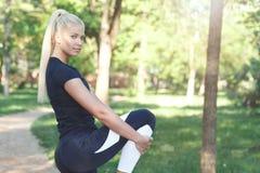 Frau, die Übungen für Fahrwerkbeine tut Stockfotografie