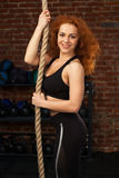 Frau, die Übungen mit einem Seil tut Lizenzfreies Stockbild