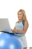 Frau, die Übungs-Kugel-Schreibtisch verwendet Stockfotografie