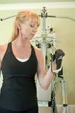 Frau, die Übungsausrüstung verwendet Lizenzfreie Stockbilder