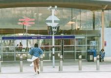 Frau, die Abbey Wood-Bahnhof sich nähert lizenzfreie stockfotos