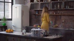 Frau, die Abendessen in der Wohnung vorbereitet stock video