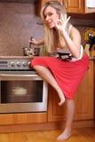 Frau, die Abendessen kocht Stockfoto