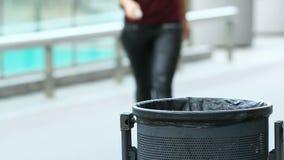 Frau, die Abfall des Bürgersteigs sammelt stock footage