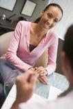 Frau, die Abfrage mit Doktor im IVF clini hat Stockbilder