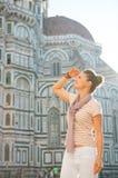 Frau, die Abstand in Florenz, Italien untersucht Stockbilder
