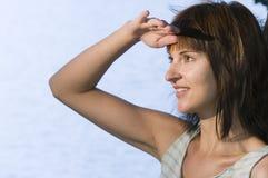 Frau, die Abstand untersucht Stockfotos