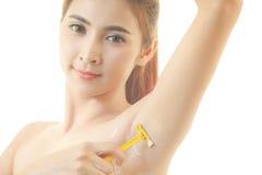 Frau, die Achselhöhle mit dem Rasiermesser lokalisiert rasiert Stockbild