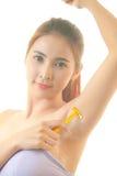 Frau, die Achselhöhle mit dem Rasiermesser lokalisiert rasiert Stockbilder