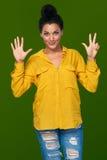 Frau, die acht Finger zeigt Lizenzfreies Stockfoto