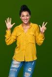 Frau, die acht Finger zeigt Lizenzfreies Stockbild
