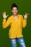 Frau, die acht Finger zeigt Lizenzfreie Stockfotografie