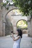 Frau, die Alhambra-Foto macht stockfotografie