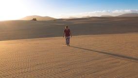 Frau, die allein in die Wüste geht Lizenzfreie Stockbilder