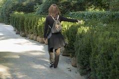 Frau, die alleine auf Parkpfad geht Lizenzfreie Stockfotografie