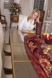 Frau, die alleine am großen Tisch isst lizenzfreie stockfotos