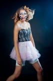 Frau, die als Chucky-Puppe trägt. Halloween stockfoto