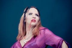 Frau, die als Vampir für Halloween trägt stockfotos