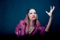 Frau, die als Vampir für Halloween trägt lizenzfreies stockbild