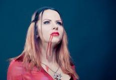 Frau, die als Vampirstanzen trägt Halloween stockfotos