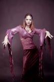 Frau, die als Vampirstanzen trägt Halloween lizenzfreies stockfoto