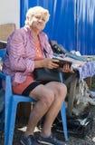 Frau, die alte Bücher verkauft Stockfotografie