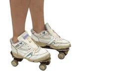 Frau, die alte Sportschuhe und rostige Rollschuhe trägt, Lizenzfreie Stockbilder
