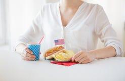 Frau, die amerikanischen Unabhängigkeitstag feiert Stockbilder