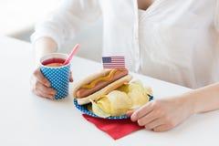Frau, die amerikanischen Unabhängigkeitstag feiert Lizenzfreies Stockfoto