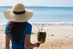 Frau, die Ananasgetränk am sonnigen Tag genießt Stockbild