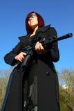 Frau, die Angriffsgewehr zielt Lizenzfreie Stockfotografie