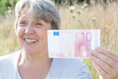 Frau, die Anmerkung des Euros zehn hält Stockbilder