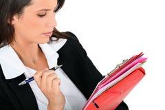 Frau, die Anmerkungen wiederholt lizenzfreies stockfoto