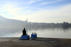 Frau, die Annecy See in Frankreich betrachtet Lizenzfreie Stockfotografie