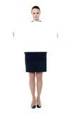 Frau, die Anschlagtafelfahne zeigt lizenzfreie stockfotos